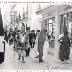 Fotografía antigua: FOTOGRAFIA DE CABRA (CORDOBA) AÑO 1966 SEMANA SANTA. CALLE JULIO ROMERO Y BAZAR EGABRENSE. Lote 28270488