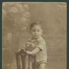 Fotografía antigua: RETRATO DE NIÑO SUBIDO EN UNA SILLA . FOT. SANTONJA. BARCELONA. CIRCA 1915. MUY BONITA.. Lote 28466651