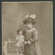 Fotografía antigua: RETRATO DE NIÑA CON MUÑECA Y LAZO . ENCANTADORA FOT. SANTONJA. BARCELONA. CIRCA 1915. MUY BONITA.. Lote 28466674