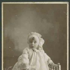 Fotografía antigua: RETRATO DE BEBÉ ASUSTADO, CON TIRABUZÓN. BONITA FOTO DE ESTUDIO. CIRCA 1910. FOT. NYSSEN. BARCELONA. Lote 28466711