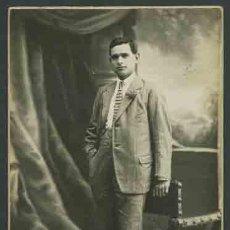 Fotografía antigua: RETRATO DE JOVEN ELEGANTE CON CORBATA A RAYAS. FOT. GARRIGOSA. BARCELONA. CIRCA 1915. . Lote 28466898
