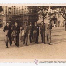 Fotografía antigua: GENTE DE PASEO. FOTO CALLE VINCK GIJON ASTURIAS. Lote 28503012
