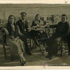Fotografía antigua: FOTOGRAFIA POSTAL ANTIGUA. GRUPO EN UNA TERRAZA DE LA VENTA LA CONEJERA. 1933. Lote 29164257