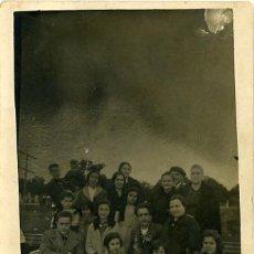 Fotografía antigua: FOTOGRAFIA POSTAL ANTIGUA. FOTO DE GRUPO EN EL CAMPO. 1932. Lote 29164380