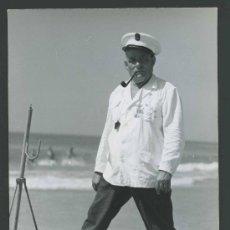 Fotografía antigua: LOBO DE MAR. PAU. MARINERO CON SU BARCA, PIPA Y MEDALLAS. 11/7/1964. Lote 30073348