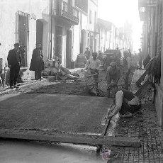 Fotografía antigua: MALGRAT DE MAR. MARESME. ESPECTACULAR PAVIMENTACIÓN DE UNA CALLE. C. 1930. Lote 30652456
