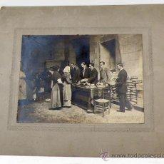 Fotografía antigua: BARCELONA, RAMBLA STA. MÓNICA, CASAL CADCI, REPARTIMIENTO DE COMIDA. 1920'S. SOPORTE:28X33CM.. Lote 30771922