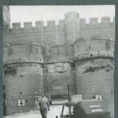 Fotografía antigua: CASTILLO DE COCA. BISCUTER. SEÑOR Y AUTOMÓVIL DELANTE DEL CASTILLO. SEGOVIA. C. 1959. Lote 31026236