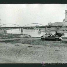 Fotografía antigua: TORTOSA. RÍO EBRO. PUENTE Y BISCÚTER CON SEÑORA. MICROCOCHE. SPANISH MICROCAR. C. 1959. Lote 31056120