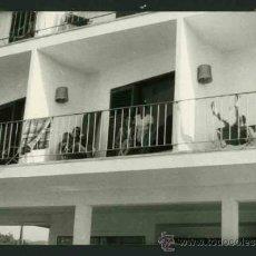 Fotografía antigua: IBIZA. APARTAMENTOS Y TURISTAS. C. 1963. Lote 31714131