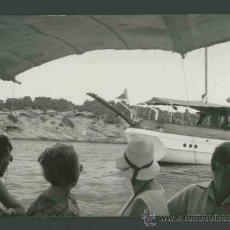 Fotografía antigua: IBIZA. MAR. BARCA.TURISTAS. PASEO POR LA COSTA. C. 1963. Lote 31714239