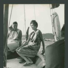 Fotografía antigua: IBIZA. MAR. BARCA.TURISTAS. PASEO POR LA COSTA-2. C. 1963. Lote 31714247