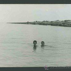 Fotografía antigua: IBIZA. MAR.DOS CABEZAS SALIENDO DEL MAR.TURISTAS.C. 1963. Lote 31734270