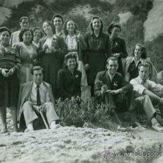 Fotografía antigua: MONTSERRAT. SIMPÁTICO GRUPO. 1945. Lote 31774248