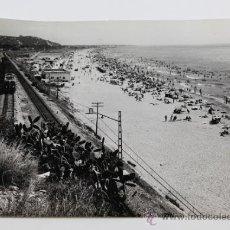 Fotografía antigua: PLAYA DE CASTELLDEFELS, AÑO 1960. FOTO: VERRIÉ. BARCELONA. 18X24 CM.. Lote 31778622
