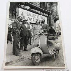 Fotografía antigua: VESPA CLUB, CASA VILARDELL, VIA LAYETANA, BARCELONA. AGOSTO 1958. FOTO: CARLOS PÉREZ DE ROZAS, 18X24. Lote 31779395