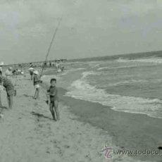 Fotografía antigua: SITGES. PLAYA. BAÑISTAS T NIÑOS PESCADORES CON CAÑA. 1960. Lote 32035130