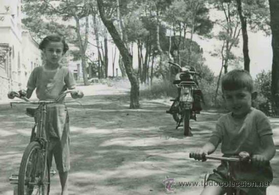 Ninos Jugando Con Bicicletas En Una Calle Moto Comprar Fotografia