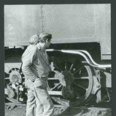 Fotografía antigua: CANTABRIA. SANTANDER. TREN. MÁQUINA DE VAPOR Y MAQUINISTAS.REVISIÓN DE LA MÁQUINA.. C. 1965. Lote 32139994