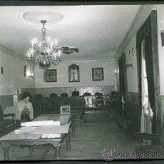 Fotografía antigua: PINA DE EBRO. ZARAGOZA. AYUNTAMIENTO. SALÓN DE PLENOS CON SEÑORA Y SEÑOR. C. 1965. Lote 32225692