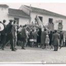 Fotografía antigua: PROCESIÓN DE LA VIRGEN DE LA CANDELARIA EN COLMENAR, MÁLAGA. 7/02/1965. LOTE DE TRES FOTOS. Lote 32229172