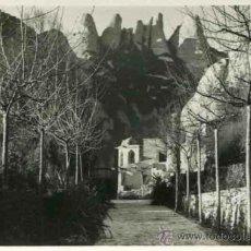 Fotografía antigua: MONTSERRAT. BONITA FOTO DE IGLESIA CON LA MONTAÑA AL FONDO. 1954. Lote 32311739