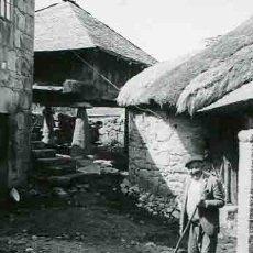 Fotografía antigua: GALICIA. CONSTRUCCIONES RURALES. PASTOR. C. 1965. Lote 32353618