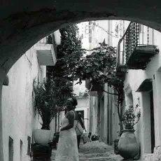 Fotografía antigua: CADAQUÉS. CALLE TÍPICA. SEÑORA. ARCO. C. 1965. Lote 32354584