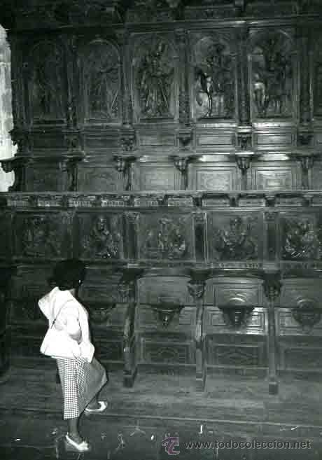 GALÍCIA. MONASTERIO SOBRADO DOS MONXES. SEÑORA ADMIRANDO LAS SILLAS ESCULPIDAS DE LOS MONJES. C 1965 (Fotografía Antigua - Gelatinobromuro)