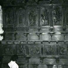 Fotografía antigua: GALÍCIA. MONASTERIO SOBRADO DOS MONXES. SEÑORA ADMIRANDO LAS SILLAS ESCULPIDAS DE LOS MONJES. C 1965. Lote 32360075