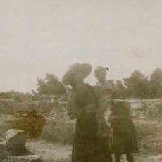 Fotografía antigua: IBICENCA CON DOS NIÑOS. CAMPO. C. 1950. Lote 32426504