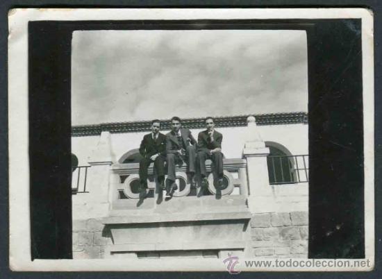 Fotografía antigua: Tres caballeros en un balcón. Barcelona. c. 1950 - Foto 2 - 32513338