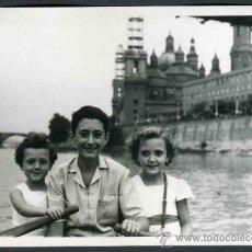 Fotografía antigua: ZARAGOZA. RÍO EBRO. NIÑOS EN UNA BARCA. CONSTRUCCIÓN DE LA TORRES DE LA BASÍLICA. C. 1960. Lote 32496871