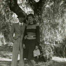 Fotografía antigua: PAREJA DEBAJO DE UN ÁRBOL. VALDELAMUSA. HUELVA. 15/2/1942. Lote 32498665
