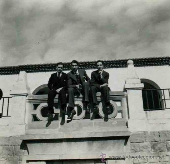 TRES CABALLEROS EN UN BALCÓN. BARCELONA. C. 1950 (Fotografía Antigua - Gelatinobromuro)