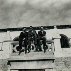Fotografía antigua: TRES CABALLEROS EN UN BALCÓN. BARCELONA. C. 1950. Lote 32513338