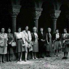 Fotografía antigua: LA SEU D'URGELL. GRUPO DE SEÑORAS EN EL CLAUSTRO ROMÁNICO. PRECIOSA FOTO. 1947. Lote 32625222