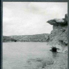 Fotografía antigua: LAGUNAS DE RUIDERA. CASTILLA-LA MANCHA. VISTA DE LA LAGUNA Y CURIOSAS EROSIONES ROCOSAS. 1960. Lote 32652469