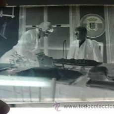 Fotografía antigua: NEGATIVO DE CRISTAL 12 X 9. POR DETRAS SE VE UN ESCUDO REPUBLICANO. Lote 243063070