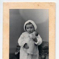 Fotografía antigua: NIÑA CON MUÑECA. DUARTE OVIEDO ASTURIAS. 1936. Lote 33476702