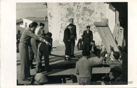 FOTOGRAFÍA DE GRUPO DE TRABAJADORES MONTANDO UN ESCENARIO. POSTGUERRA (Fotografía Antigua - Gelatinobromuro)