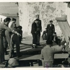 Fotografía antigua: FOTOGRAFÍA DE GRUPO DE TRABAJADORES MONTANDO UN ESCENARIO. POSTGUERRA. Lote 34226121