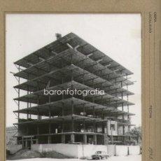 Fotografía antigua: BARCELONA, CALLE GANDUIXER/GENERAL FRANCO, AÑO 1963. FOTO 18X24 CM. SOPORTE 24X30CM. Lote 34422244