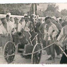 Fotografía antigua: ALICANTE CHARANGA FIESTA POPULAR VERANO. 1958 CAÑON DISFRAZ. Lote 34563875