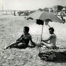 Fotografía antigua: VENDRELL. SANT SALVADOR. PLAYA, SEÑORAS Y SOMBRILLA. 25/7/59. Lote 35472273