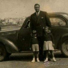 Fotografía antigua: PONTEVEDRA. LA TOJA. AUTOMOVILISMO. SEÑOR EN LA PLAYA Y DOS NIÑAS. 1940. Lote 35860124