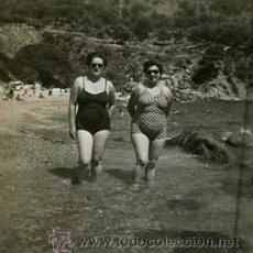 Fotografía antigua: SEÑORAS EN LA PLAYA. COSTA BRAVA. C. 1955. Lote 36049923