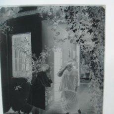 Fotografía antigua: NEGATIVO DE CRISTAL, FINALES S. XIX. ESCENA GALANTE. DIM.- 24X18 CMS. . Lote 36529134