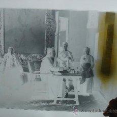 Fotografía antigua: NEGATIVO DE CRISTAL, FINALES S. XIX. ESCENA COSTUMBRISTA, RECEPCIÓN EN PALACIO. DIM.-24X18 CMS. . Lote 36529368