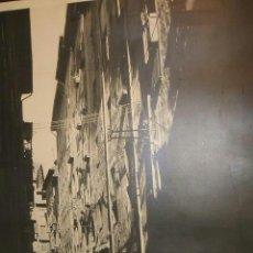 Fotografía antigua: PAMPLONA CALLE DE LINDACHIQUILLA FOTOGRAFIA POR FRANÇOISE PEYREGNE FIRMADA 24 X 30 CMTS. Lote 36619888